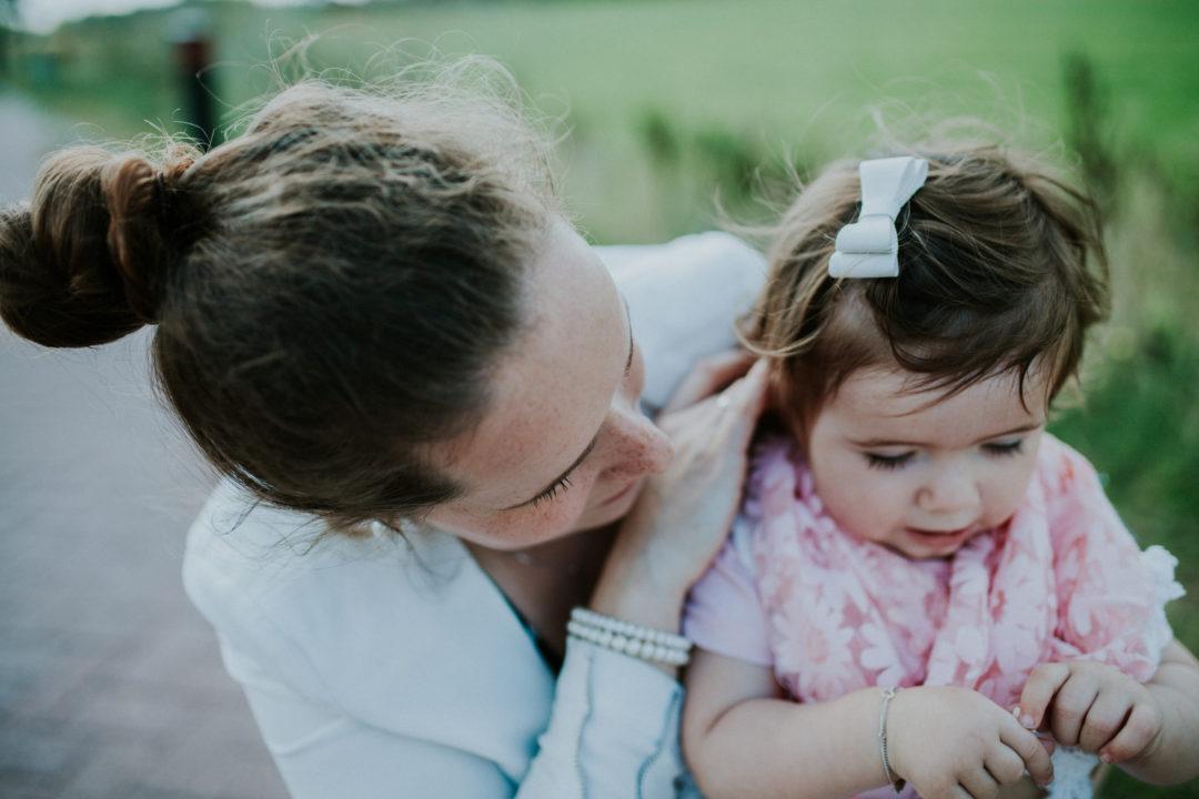 dochter, fotoshoot, peuter, buiten, laura siegal, mama van dijk, peuteruitspraken,