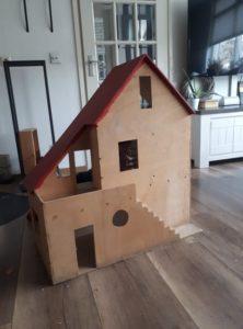 Een oud poppenhuis opknappen tot modern poppenhuis, wit wonen, wit roze poppenhuis
